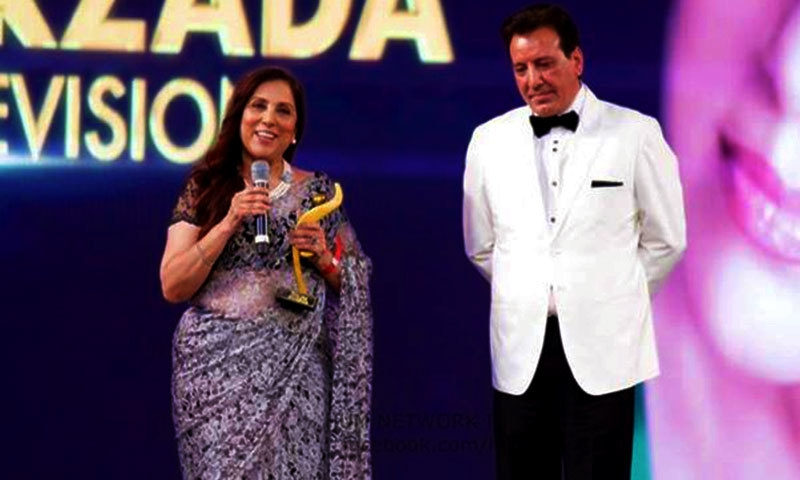 Samina Peerzada with her Excellence Award for TV.— Photo courtesy: Hum Awards' Facebook page