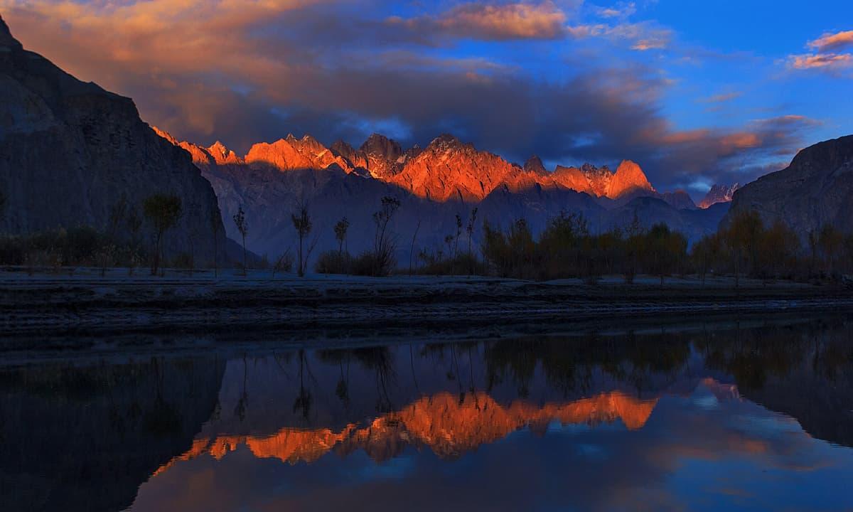 سالتورو کی چوٹیوں پر غروبِ آفتاب — فوٹو سید مہدی بخاری