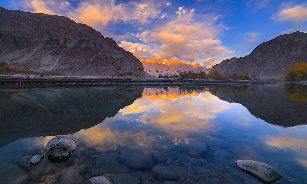 دریائے شیوک پر اترتی شام کا منظر — فوٹو سید مہدی بخاری