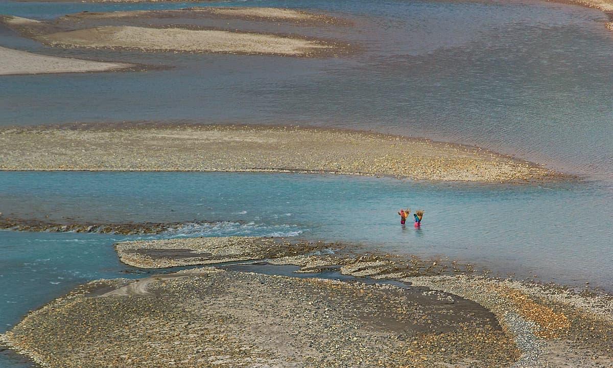 یہ دریا رات بھر چڑھتا رہا ہے — دریائے شیوک۔ — فوٹو سید مہدی بخاری