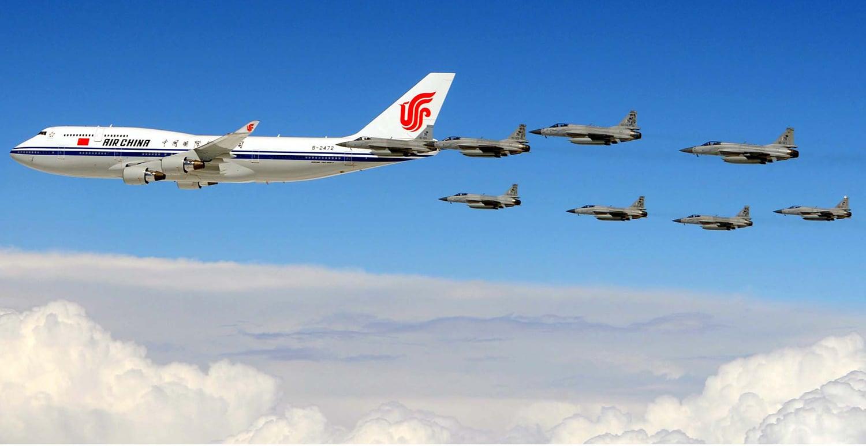 چینی صدر ژی جن پنگ کے طیارے کے پاکستانی حدود میں داخل ہونے پر پاک فضائیہ کے 8 جے ایف 17 تھنڈر طیارے انہیں پروٹوکول دے رہے ہیں۔ — فوٹو اے پی پی