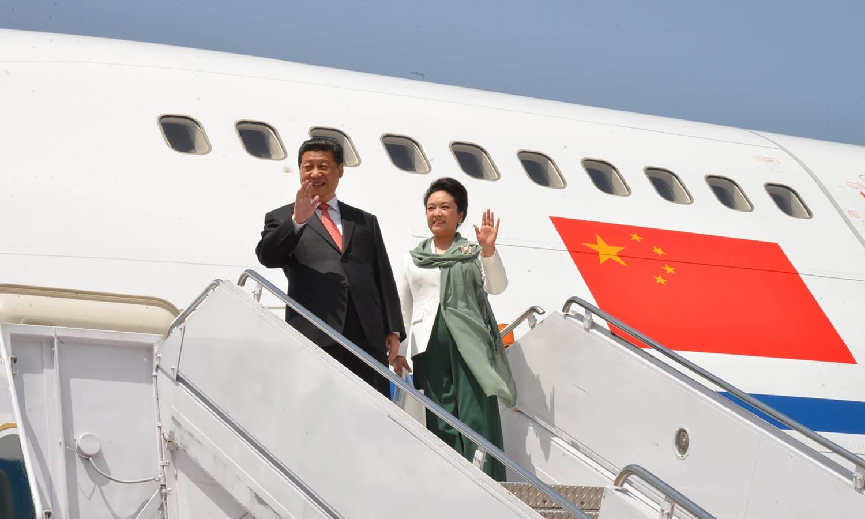 چینی صدر ژی جن پنگ کی اپنی اہلیہ کے ساتھ پاکستان آمد۔ 20 اپریل 2015۔ — فائل فوٹو