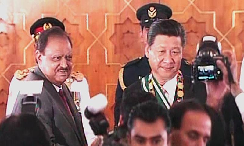 President Hussain confers award upon President Jinping. — DawnNews screengrab
