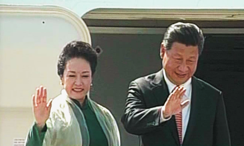 Chinese President Jinping and First Lady Peng Liyuan wave as they depart from Islamabad. ─ DawnNews screengrab