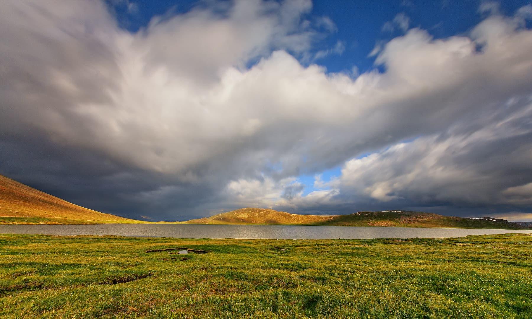موسمِ گرما میں شیوسر جھیل — فوٹو سید مہدی بخاری