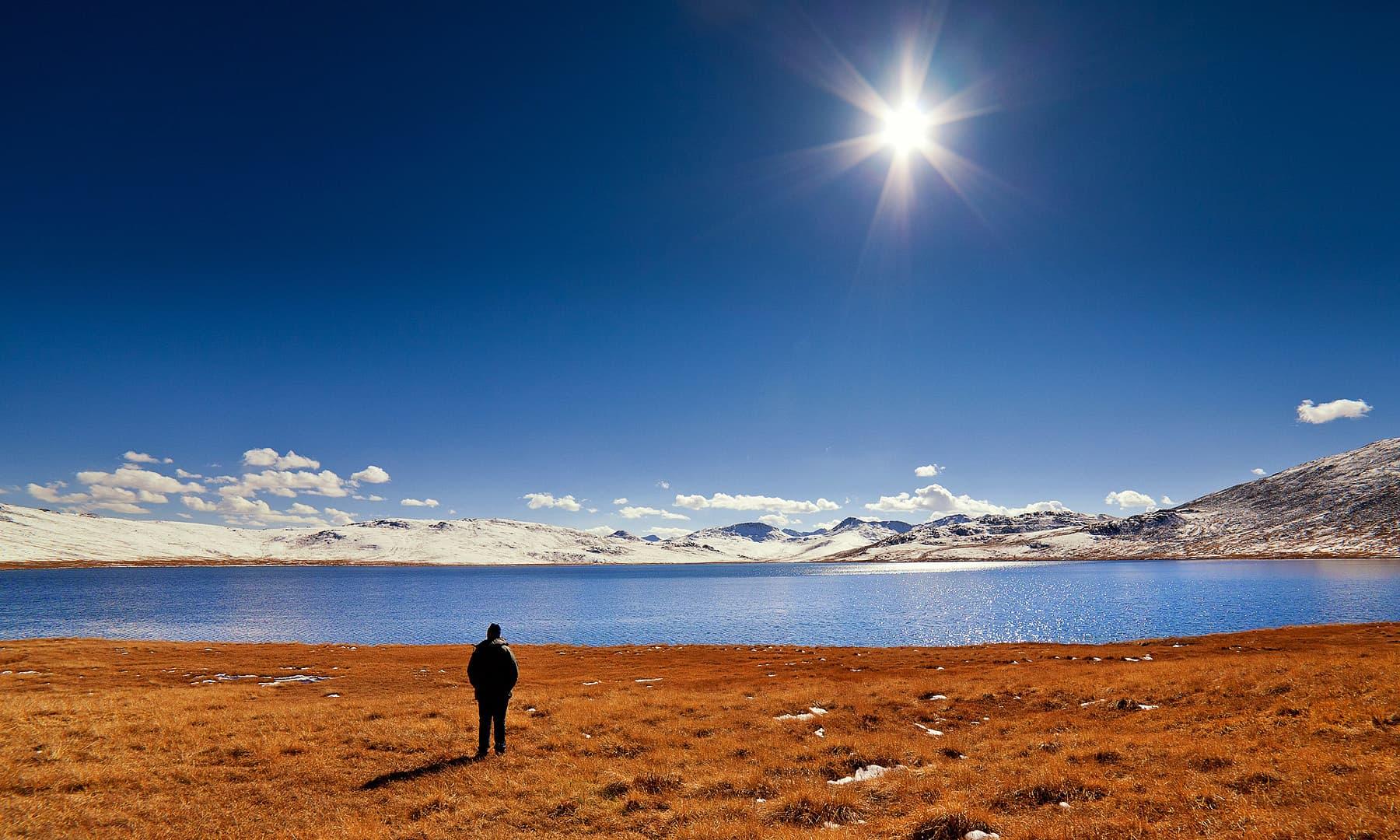 لکھاری اندھی جھیل کے کنارے — فوٹو سید مہدی بخاری