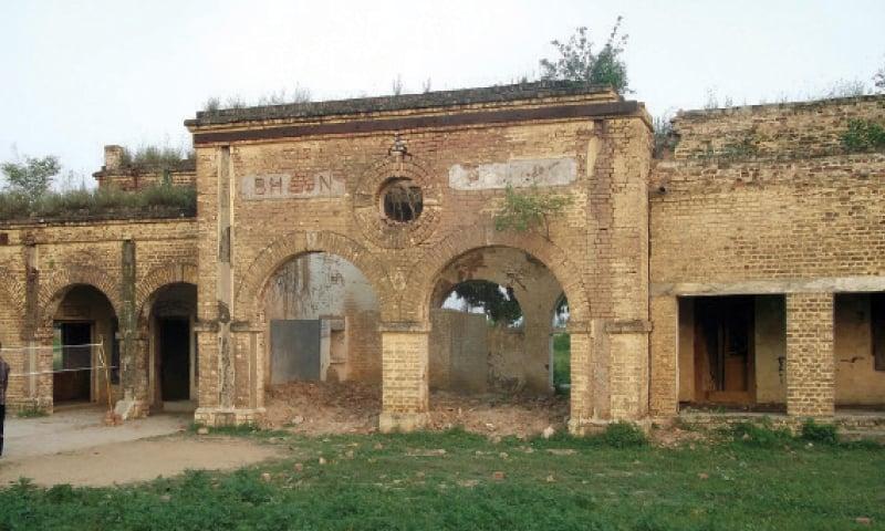 The dilapidated building of Bhoun Railway Station.