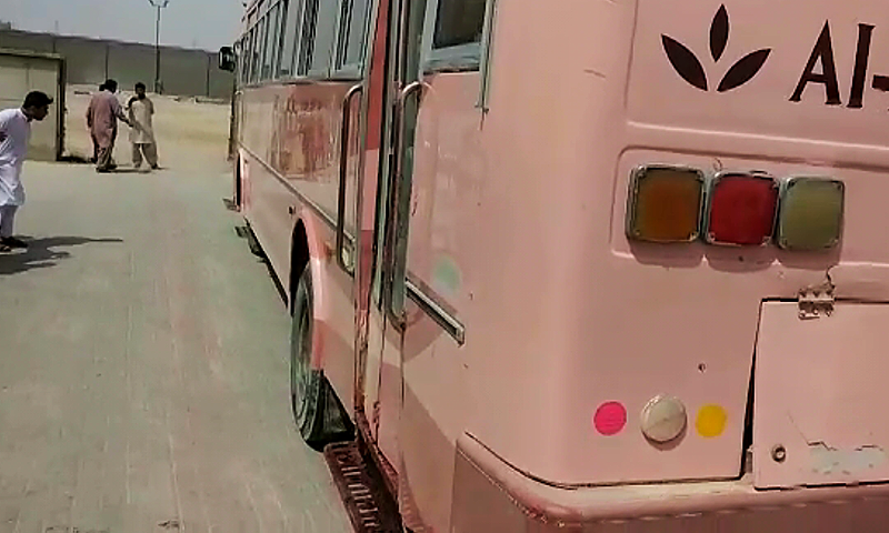 بس پر باہر سی کسی گولی کا نشان نہیں تھا ... فوٹو: ڈان نیوز اسکرین گریب