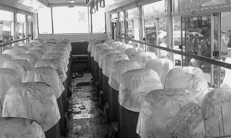 بس میں سوار تمام افراد کو سر یا جسم کے اوپری حصے پر گولیاں ماری گئیں  ... فوٹو: ڈان نیوز اسکرین گریب