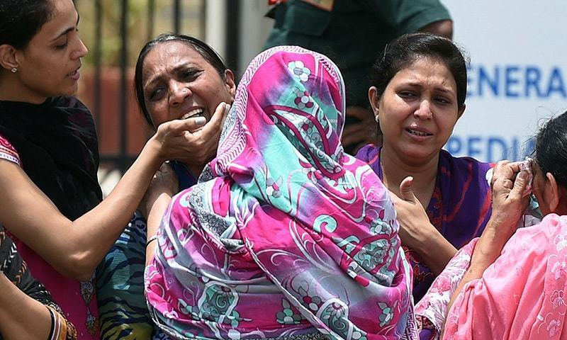 فائرنگ کے واقعے میں ہلاک ہونے والوں کے لواحقین شدت غم سے نڈھال ہیں—۔فوٹو/ اے ایف پی