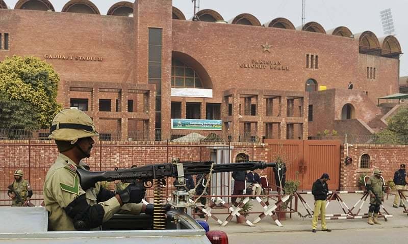 لاہور کے قذافی اسٹیڈیم کے باہر رینجرز اہلکار چوکس کھڑا ہے۔ فائل فوٹو اے ایف پی