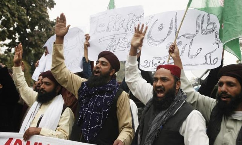 Supporters of  Sunni Tehreek shout slogans demanding a military operation against the Taliban| Reuters