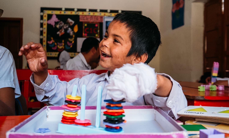 توجہ کی کمی کی بیماری (ADD) کا شکار بچہ کھلونوں سے کھیلتے ہوئے۔