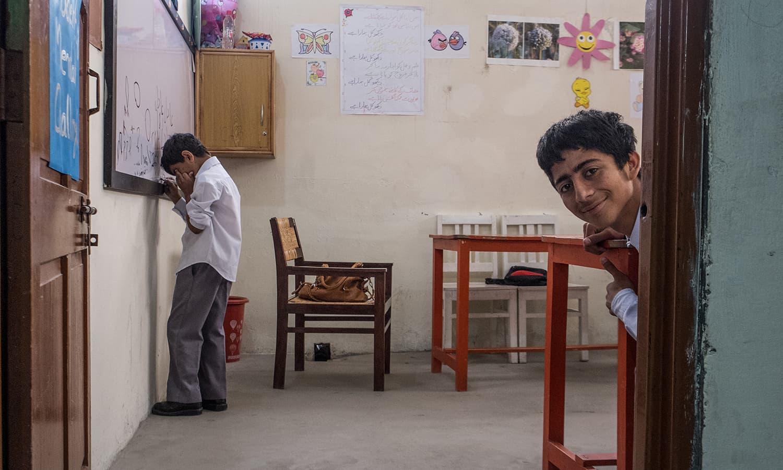 کلاس کے دوران بچہ باہر جھانک رہا ہے۔