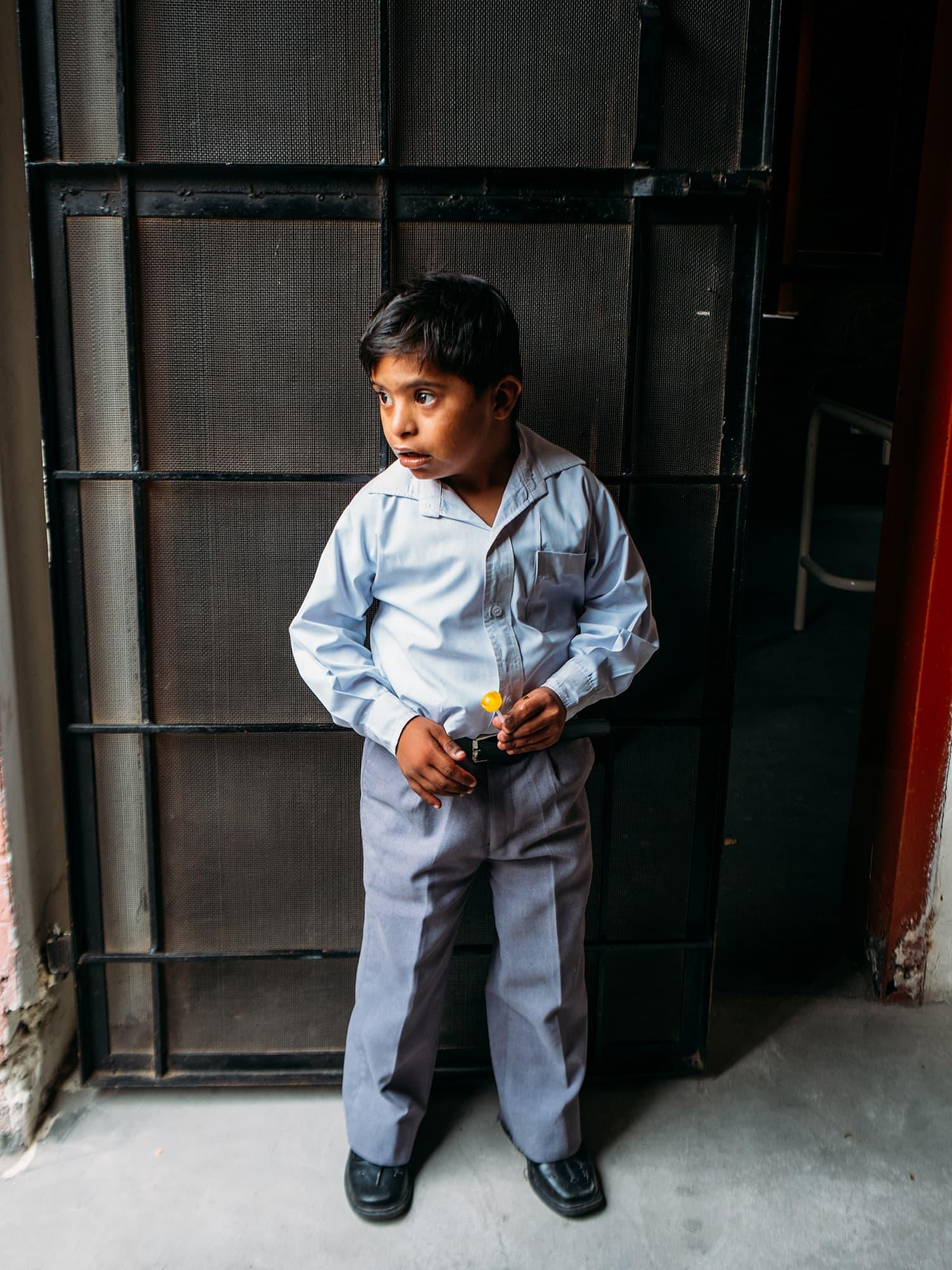 ڈاؤن سنڈروم کا شکار بچہ لولی پاپ کھانے کے لیے دوسروں سے دور آگیا ہے۔