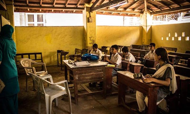 اسکولوں کے ذریعہ تعلیم پر تو بحث ہوتی ہے لیکن اس کے علاوہ دیگر چیزیں بھی ہیں جنہیں تبدیل کیا جانا ضروری ہے۔ — فوٹو شامین خان/ڈان ڈاٹ کام