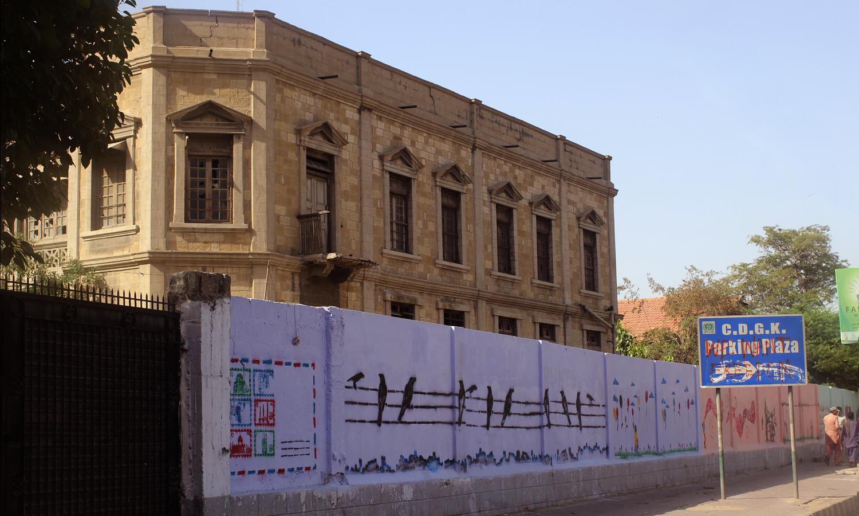 ایم اے جناح روڈ کی دیوار پر سٹینسل آرٹ ورک کیا گیا ہے