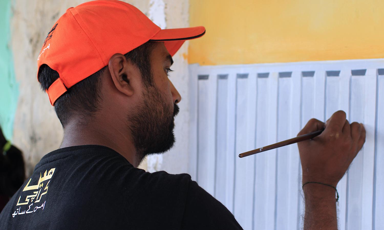 فنکار پینٹنگ کر رہا ہے