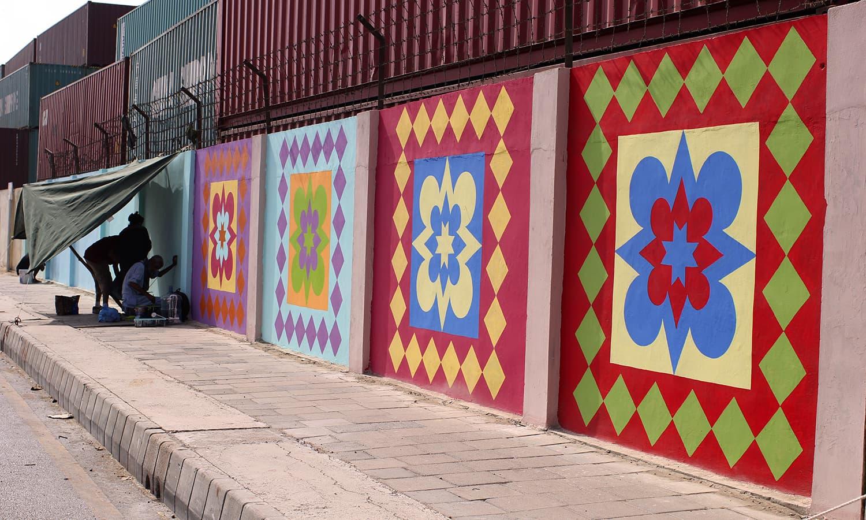 ایم ٹی خان روڈ پر پینٹ ہوئی وی دیوار