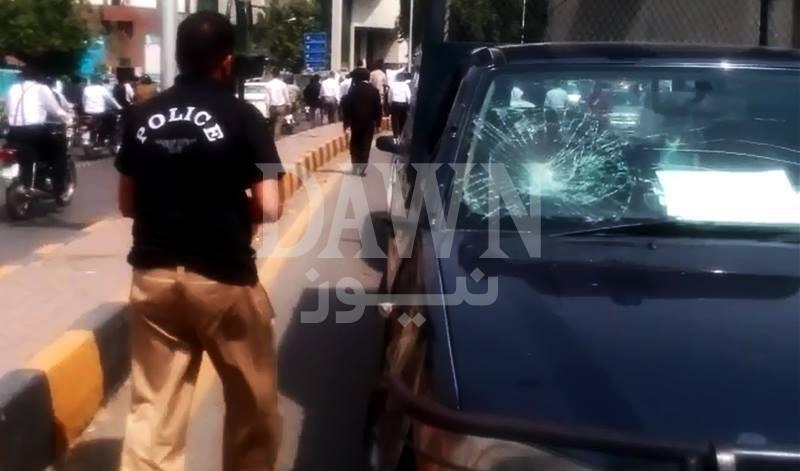 احتجاجی وکلاء نے پولیس موبائل کے شیشے توڑ ڈالے—۔ڈان نیوز اسکرین گریب