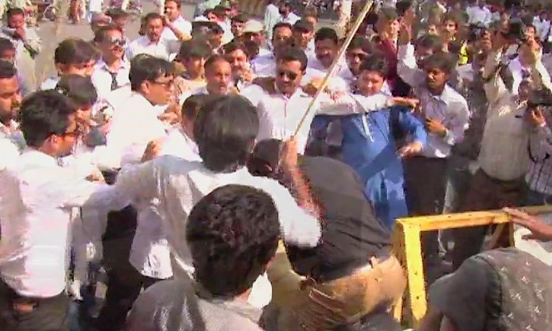 Lawyers attack police personnel during protest. —DawnNews screengrab