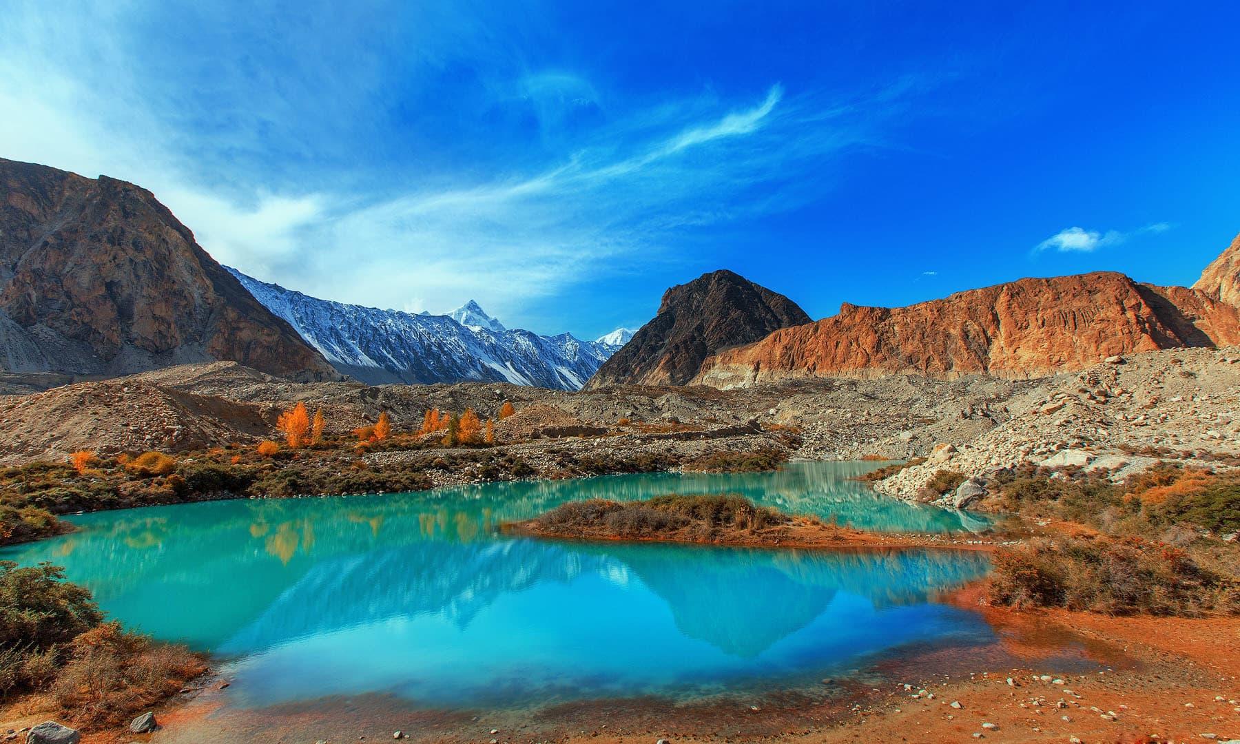 پسو گاؤں کے پاس بتورا گلیشیئر سے بننے والی جھیل — فوٹو بشکریہ سید مہدی بخاری