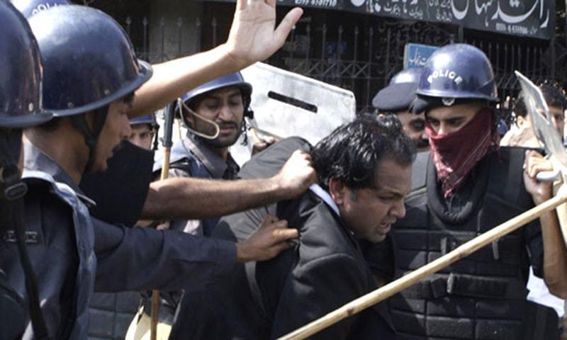 ڈسکہ میں پولیس کی فائرنگ سے دو وکیلوں کے ہلاک ہونے کے خلاف وکیلوں اور پولیس میں جھڑپیں ہوئیں۔ — اے پی/فائل