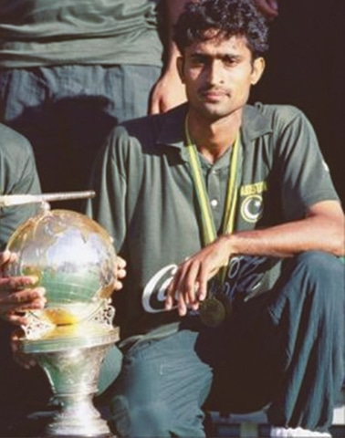 Shahbaz Ahmed with the World Cup after beating Netherlands in1994