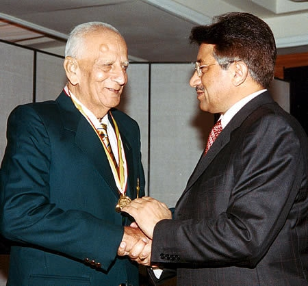 Fazal Mahmood receiving medal from Pakistan president during the Golden Jubilee of Test Cricket Gala, Islamabad, September 16, 2003. — Pakistan Cricket Board