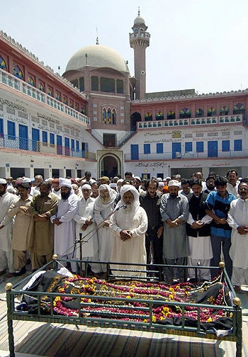 Mourners gather for Fazal Mahmood's funeral, Lahore, May 31, 2005. — AFP