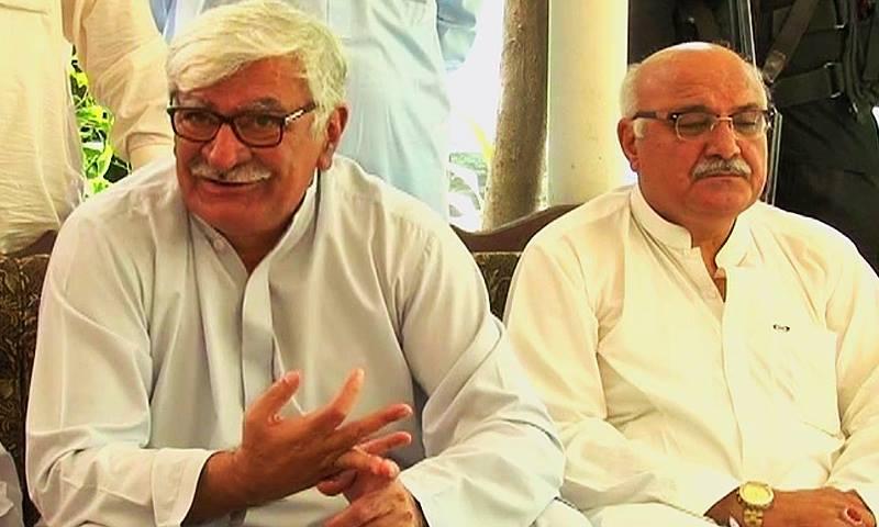 ANP leader Asfandyar Wali along with Mian Iftikhar at the press conference in Peshawar. —DawnNews screengrab