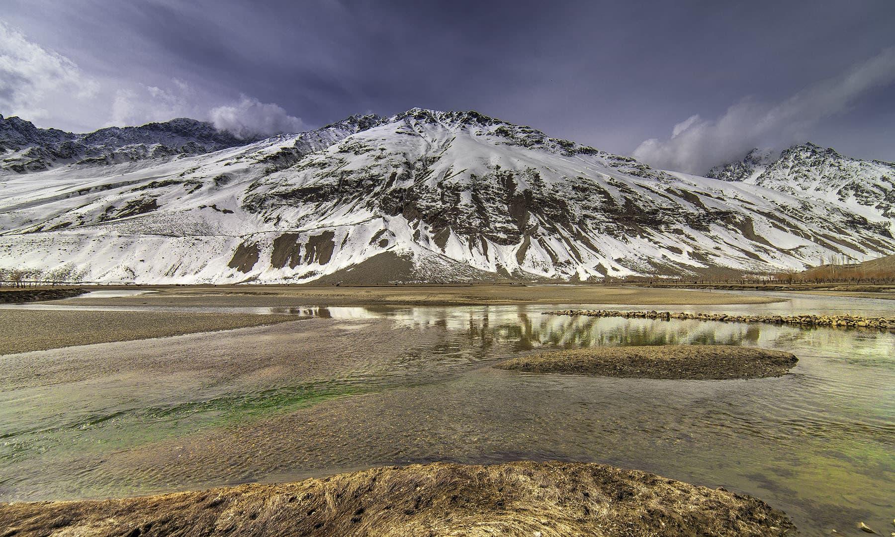 دریائے غذر موسمِ سرما میں— فوٹو سید مہدی بخاری