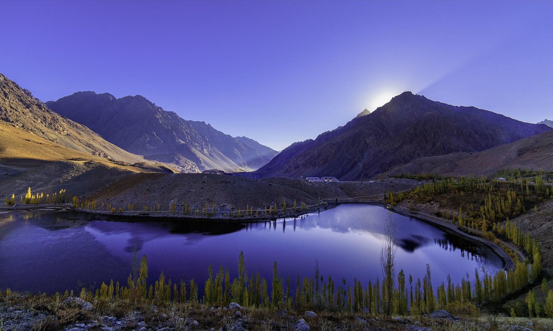 پھنڈر جھیل پر طلوعِ آفتاب کا منظر— فوٹو سید مہدی بخاری