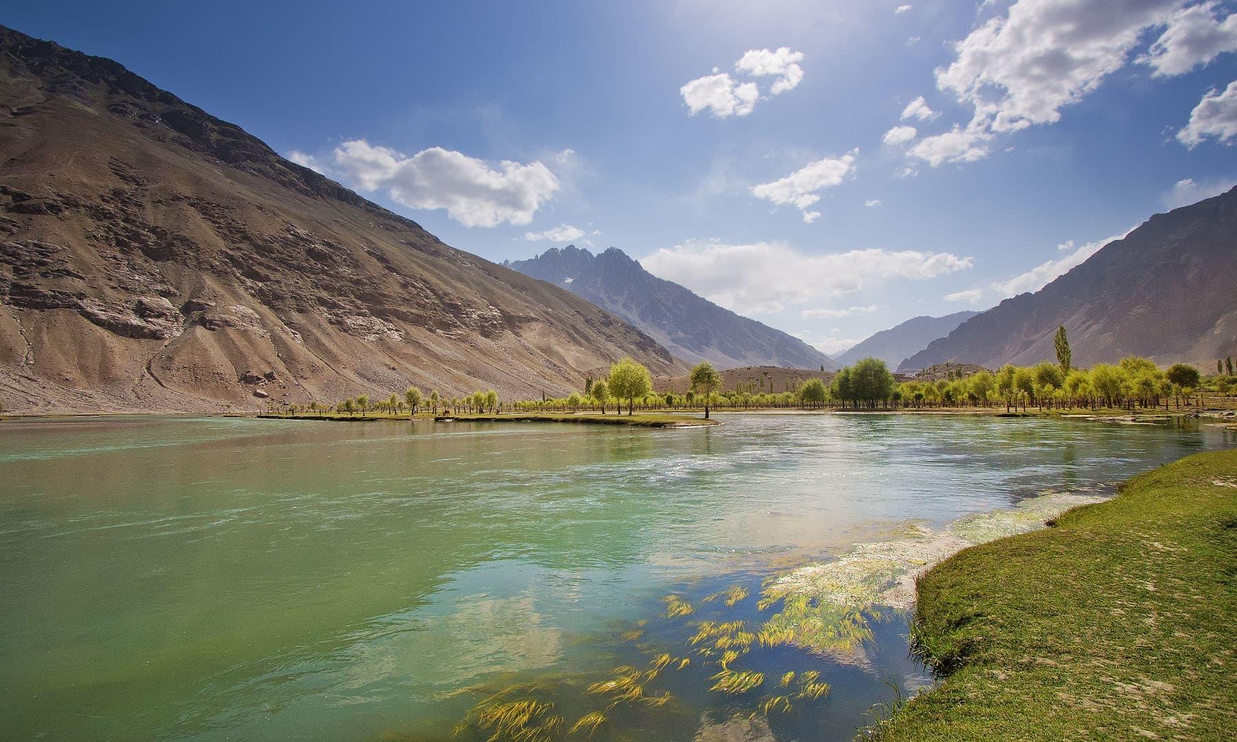 پھنڈر کے قریب دریائے غذر— فوٹو سید مہدی بخاری