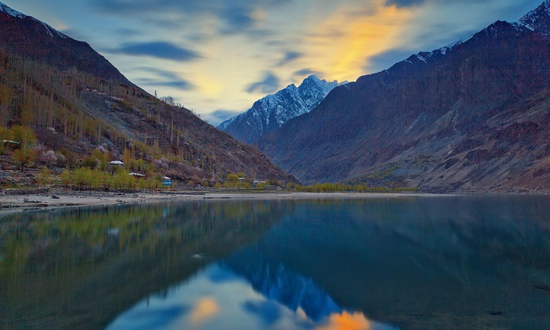 کھلتی جھیل— فوٹو سید مہدی بخاری