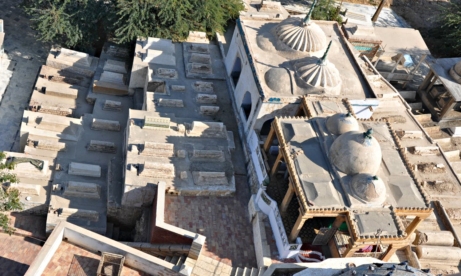 Masoon Shah jo Minaro - View of baradary and graveyard from the top