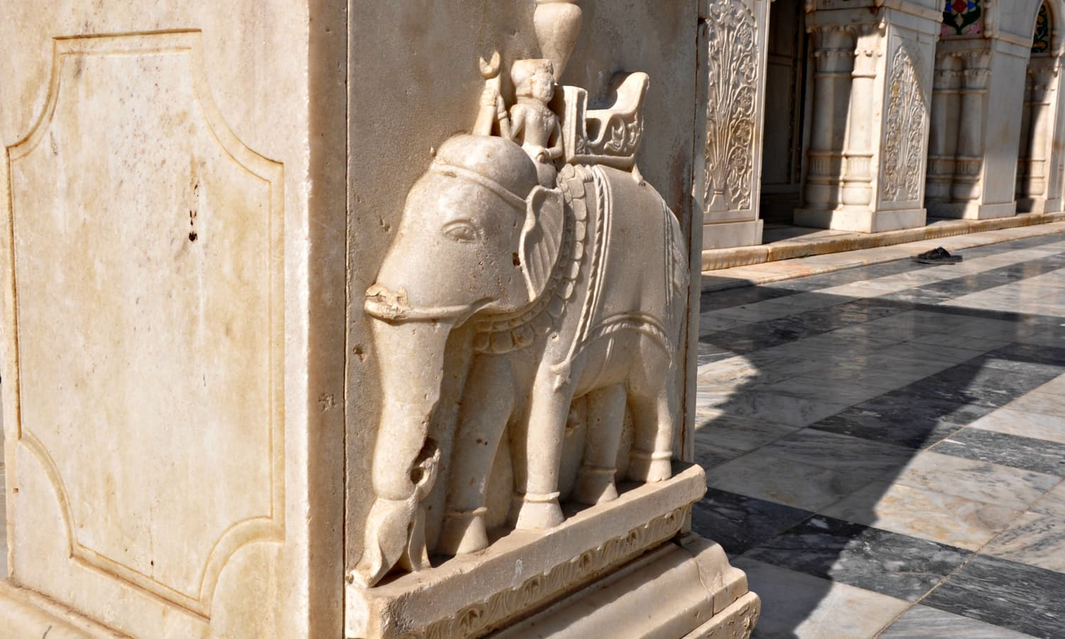 Sadho Belo - Various sculptures were carved out in pillars and plinths