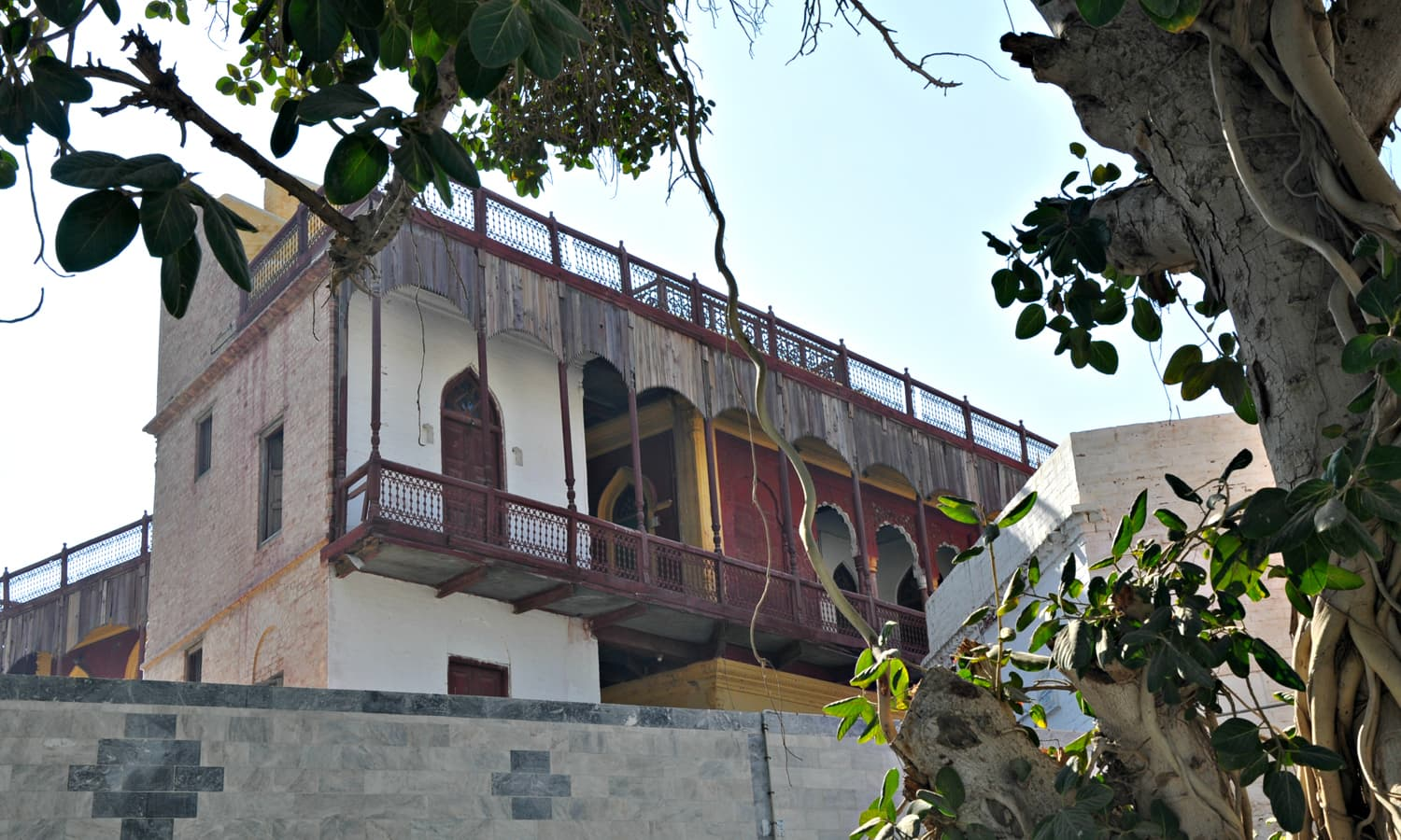 Sadho Belo - The view of residential quarters and offices