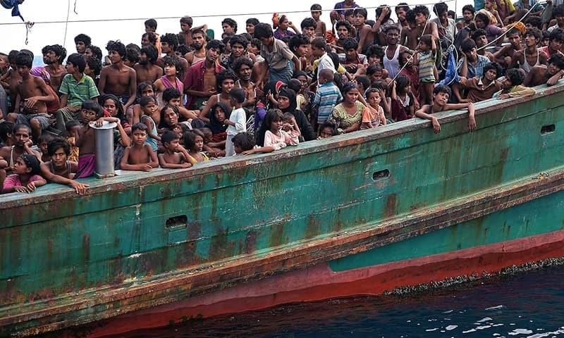 برما کے روہنگیا مسلمان دوسرے ممالک ہجرت کرنے کے لیے کشتی میں سوار ہیں۔ — اے ایف پی