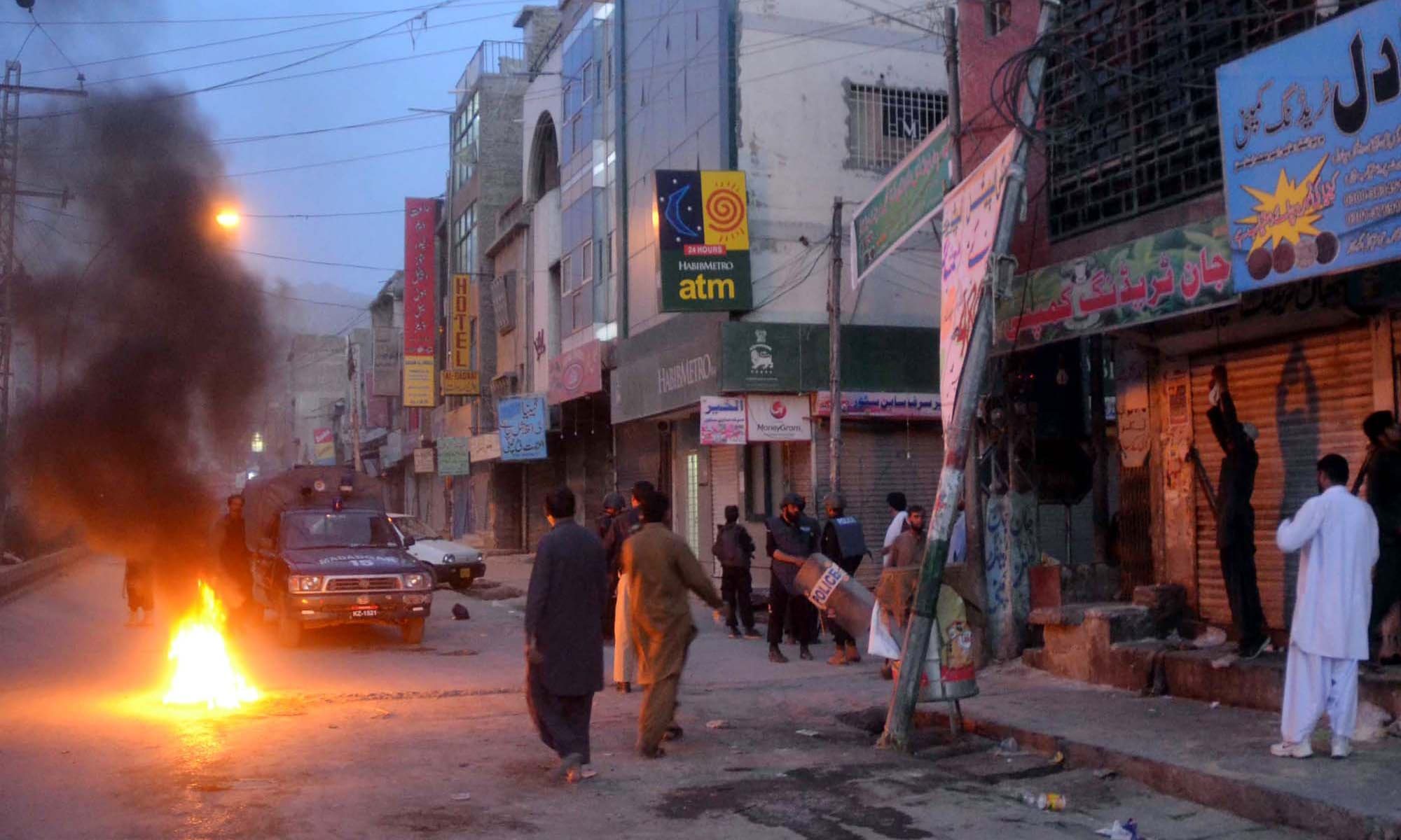 Police officials disperse angry protesters during protest demonstration of Hazara Community against targeted killing of their community members, near  Mezan Chowk in Quetta. -PPI