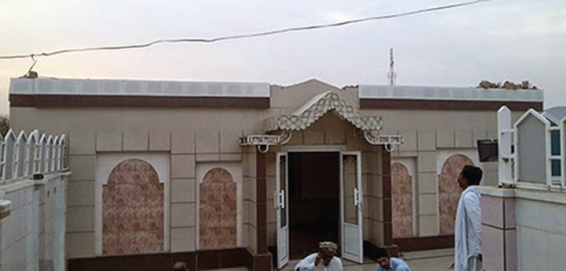 میناروں کے انہدام کے بعد احمدیوں کی عبادتگاہ کی ایک تصویر۔ —. فوٹو ڈان
