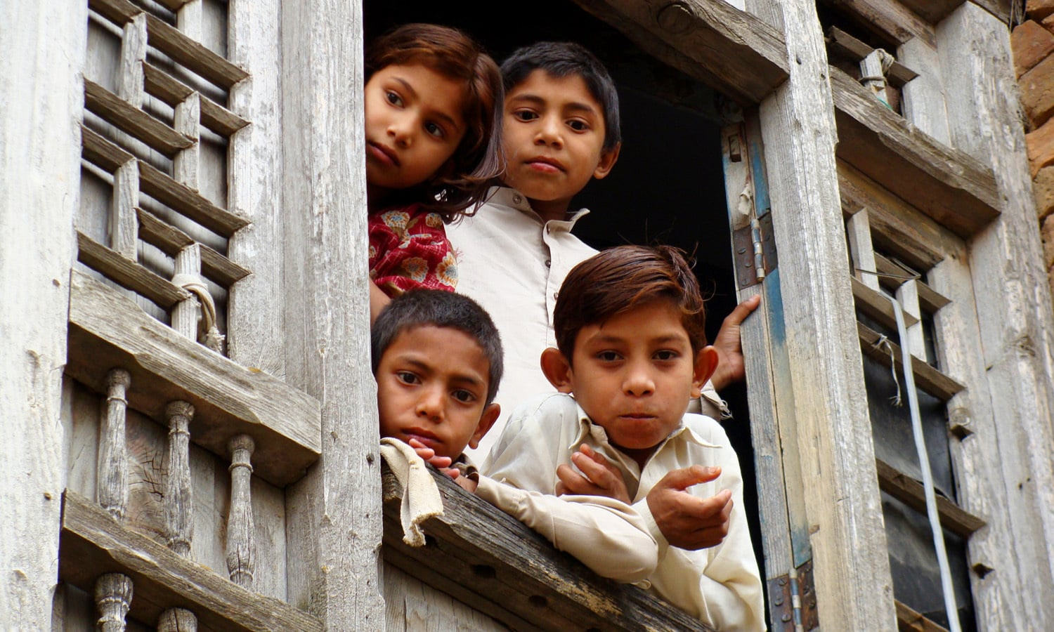 Children looking out from a window in Jeevan Singh haveli.