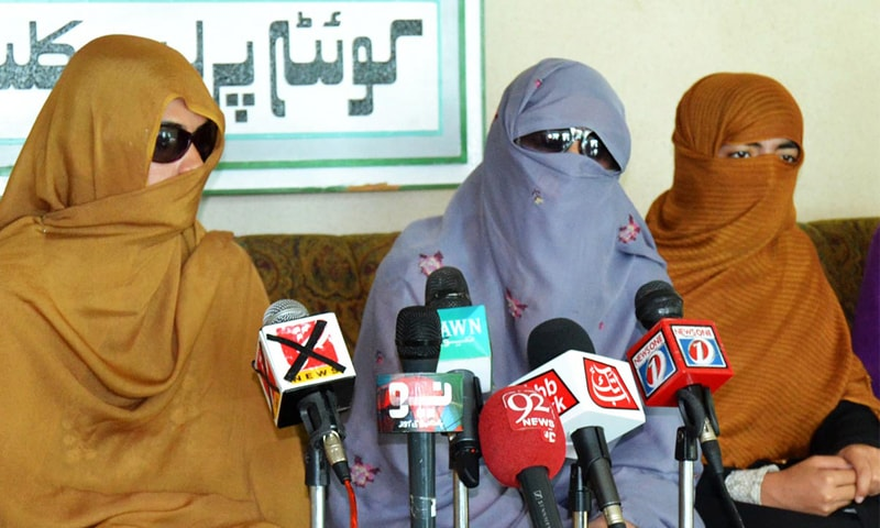 QUETTA: Students of the Balochistan University address a press conference on Sunday.—Online