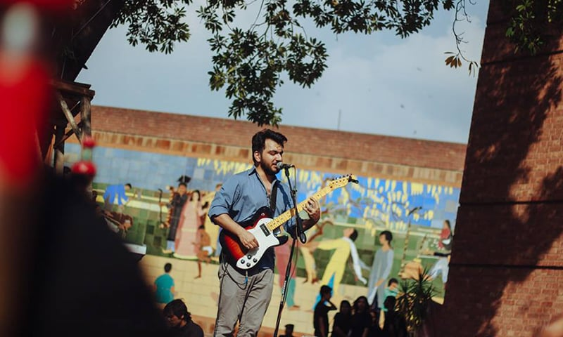 Shehzad Noor performs at the Lahore Music Meet in April 2015 | Nadir Chaudhry