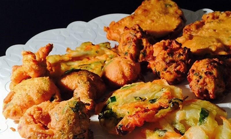 برصغیر کے لوگ اپنی حسِ ذائقہ کو تلی ہوئی چیزوں کا عادی بنا چکے ہیں، لہٰذا افطار میں پکوڑا بھی کھجور کی طرح لازم ہے۔— تصاویر بسمہ ترمذی