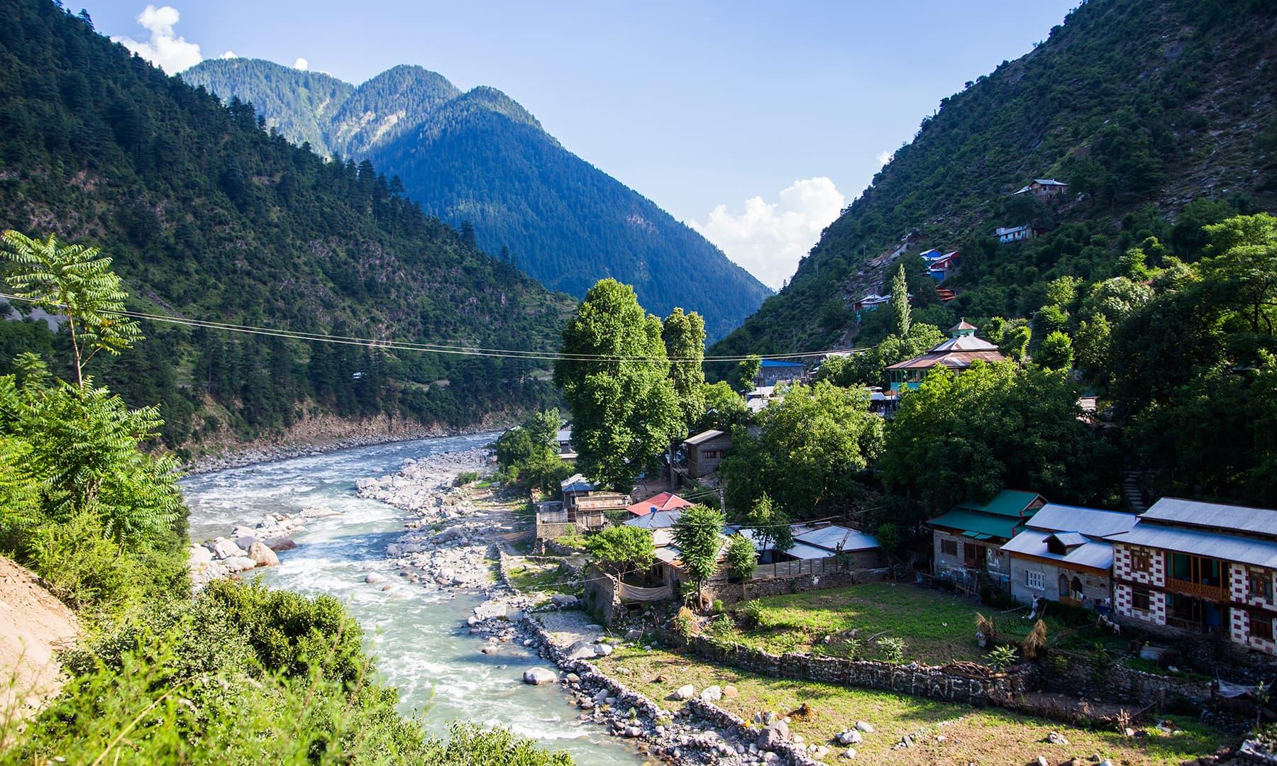Kundal Shahi en route Keran. —Marvi Soomro