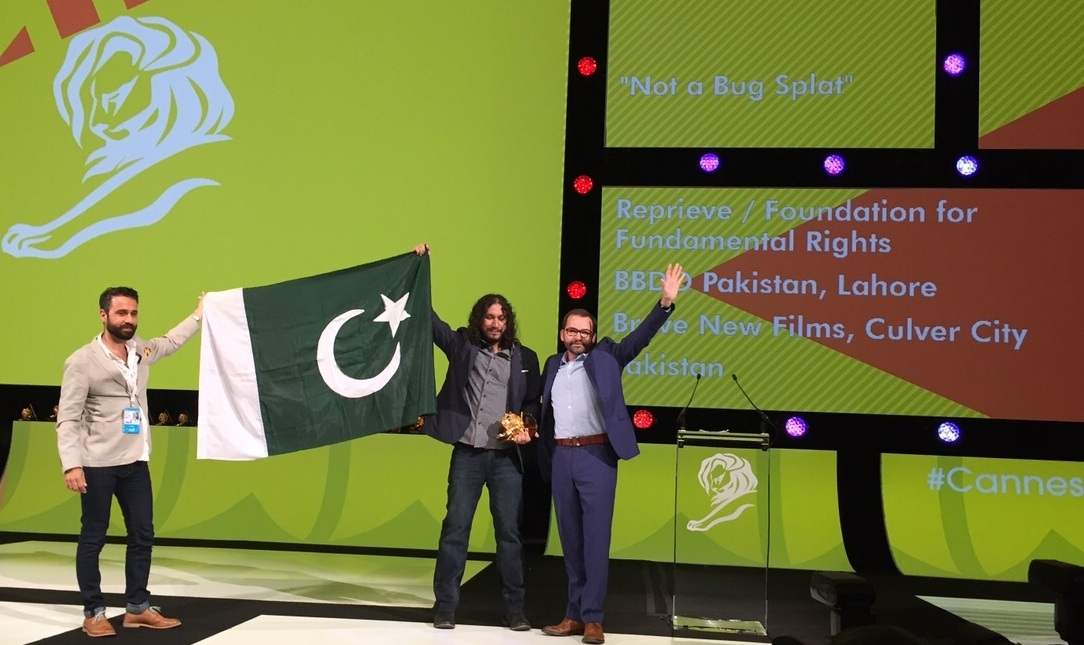 (L) Ali Mumtaz, Freelance Creative Consultant, and (R) Assam Khalid, Strategic Planning Director, BBDO Pakistan received the award on the agency's behalf.