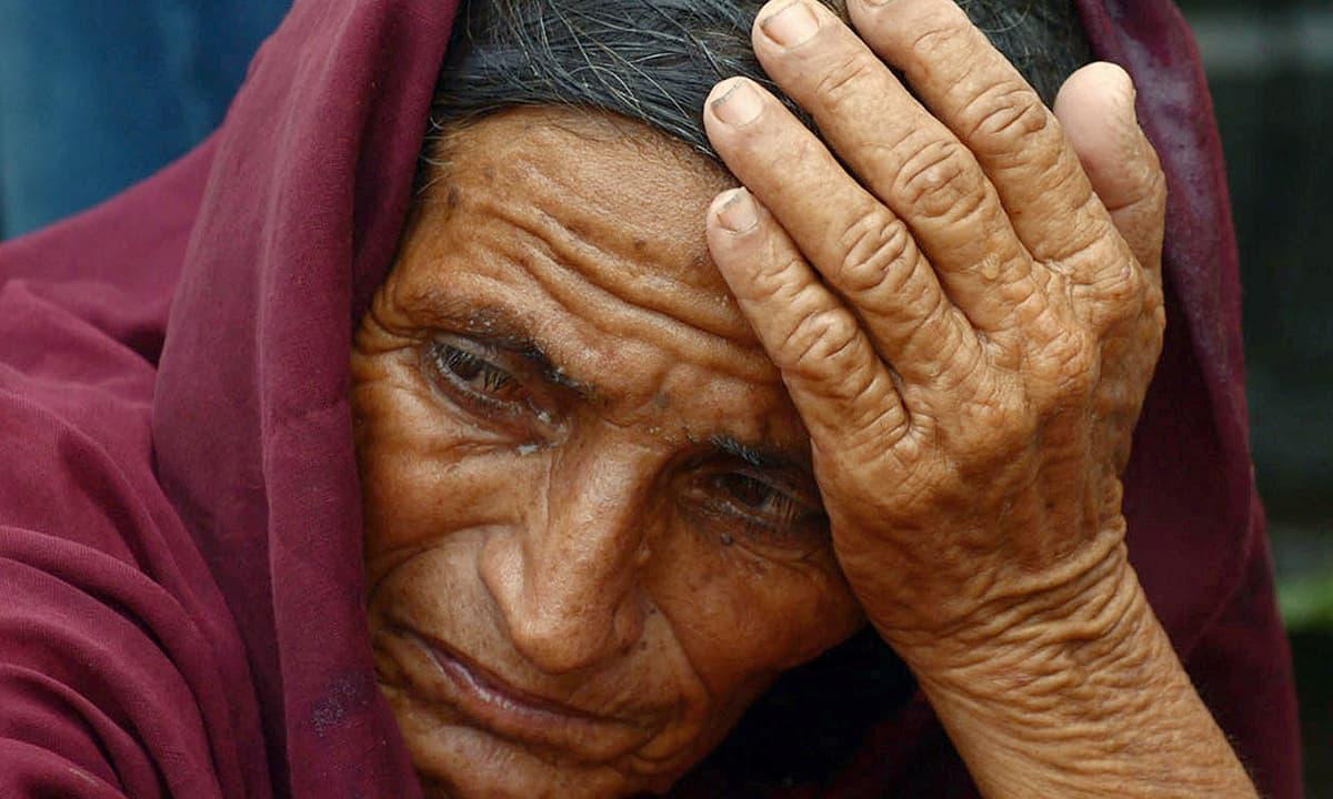 A relative of a heatstroke victim waits at a hospital in Karachi. —AFP