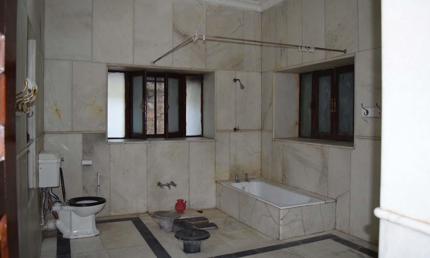 بادشاہ صاحب کے غسل خانے کا منظر۔