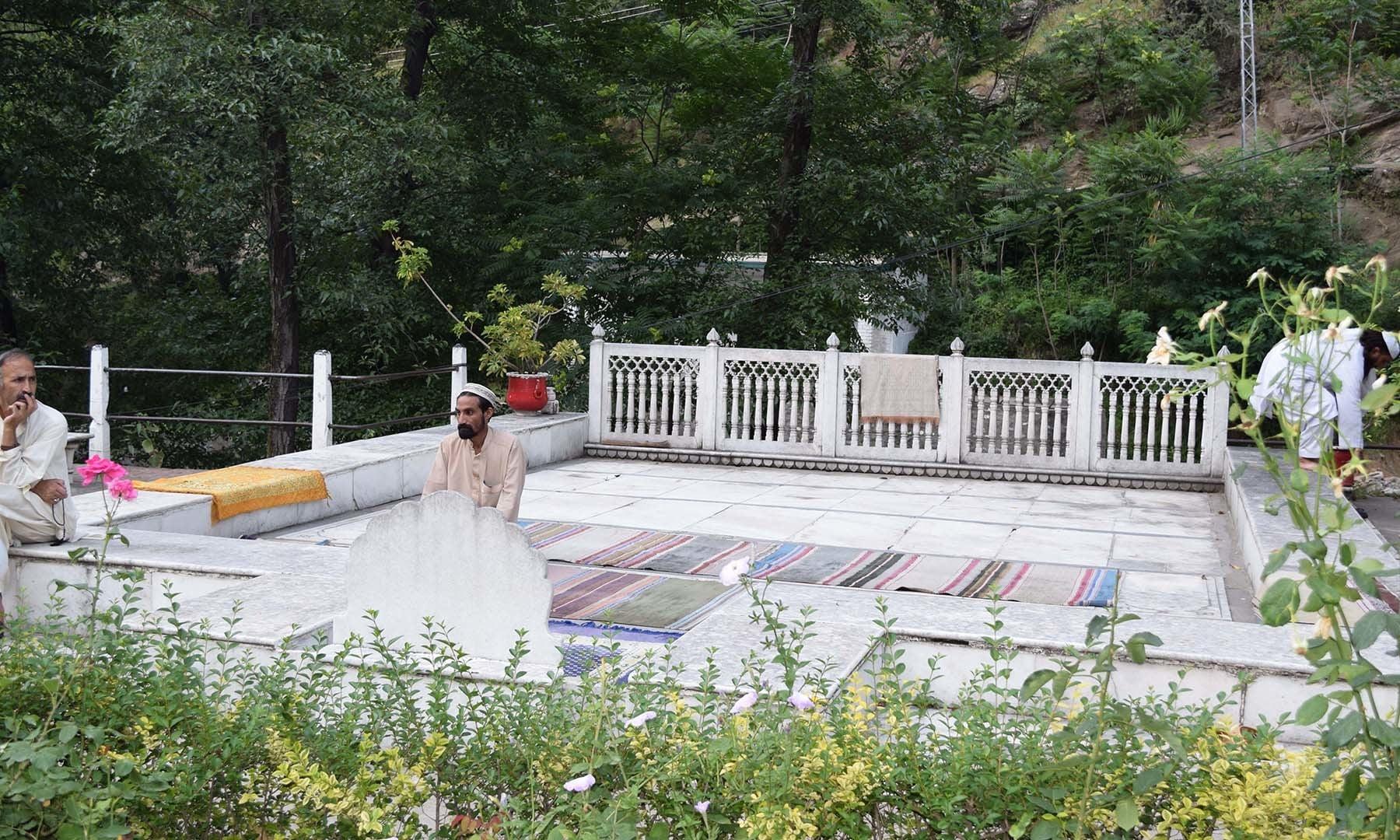 سفید محل کے صحن میں تعمیر شدہ مسجد کی تصویر جہاں بادشاہ صاحب نماز باجماعت ادا کرنے کے ساتھ تلاوت کیا کرتے تھے۔